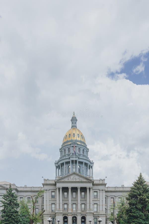 Campidoglio dello stato di Colorado sotto le nuvole ed il cielo a Denver del centro, U.S.A. fotografia stock libera da diritti