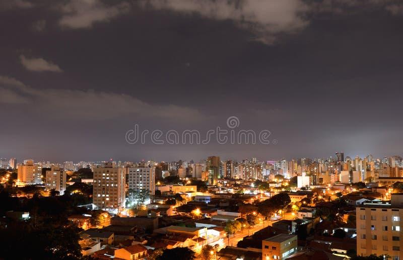 Campinas на ноче сверху, в Бразилии стоковое фото