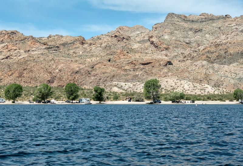 Camping à la crique de téléphone sur le Mohave de lac photographie stock libre de droits