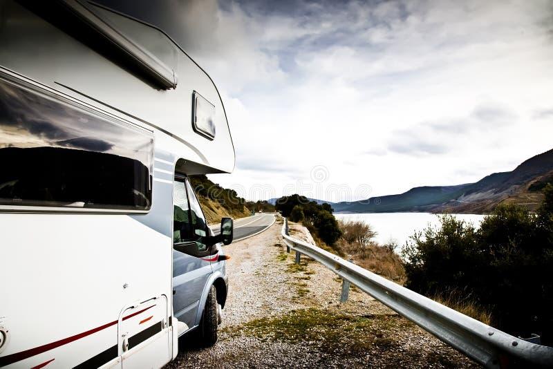 Camping-car près du lac photos stock