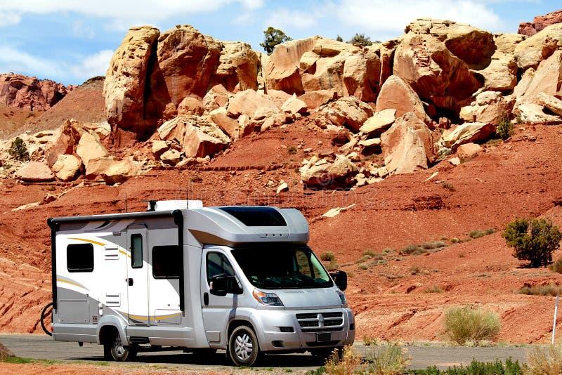 Camping-car rv voyageant par les roches rouges en Utah images stock