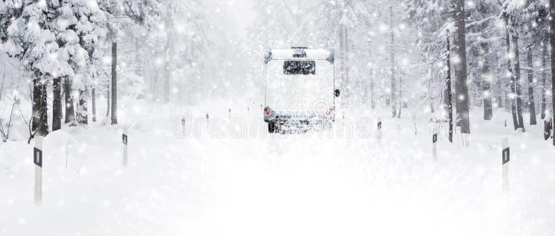 Camping-car sur la route neigeuse photographie stock
