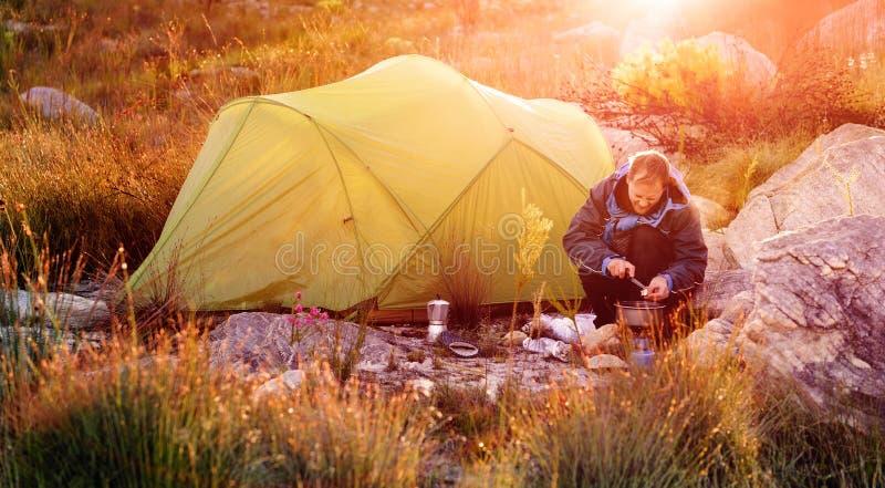 Camping d'explorateur de région sauvage images libres de droits