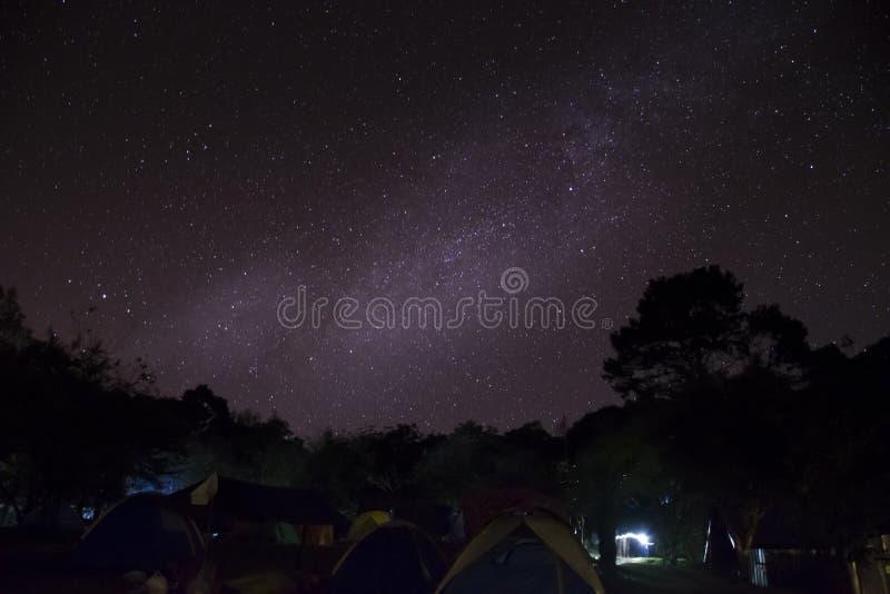 Camping dans des tentes sur la montagne de luang de Khao à la nuit avec des étoiles et à la manière laiteuse en ciel, Sukhothai T photographie stock libre de droits