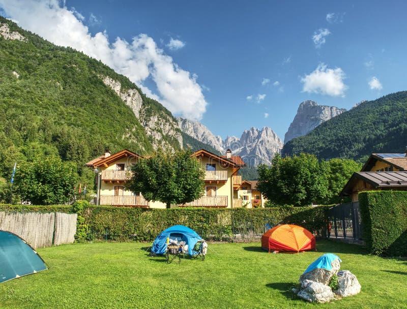 Camping dans des vacances d'été Tentes de trekking dans le camp touristique dans des Alpes d'Italien images stock