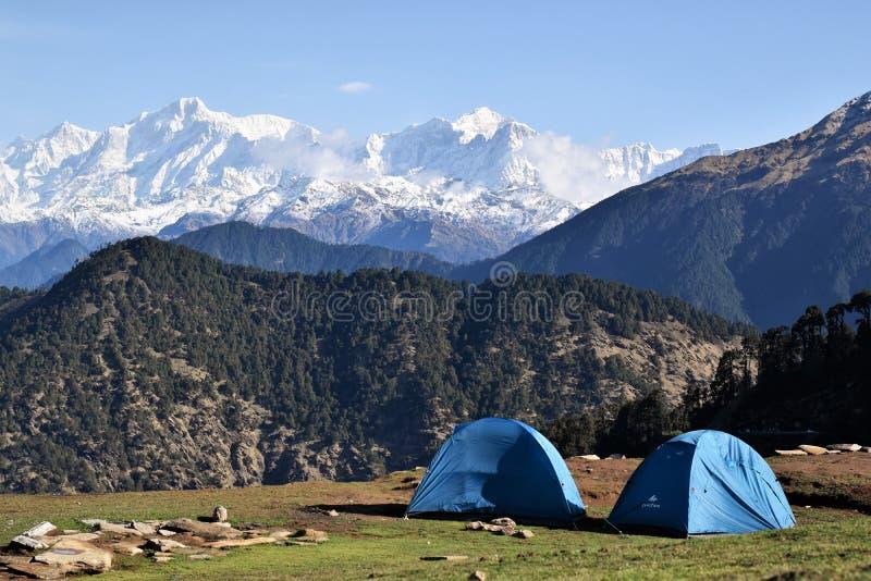 Camping de aventura en Himalaya fotografía de archivo
