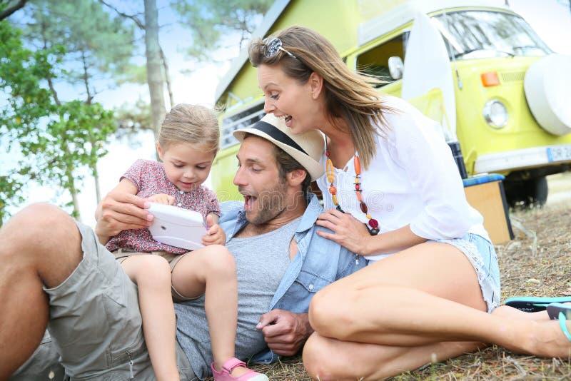 Camping de famille et jeu vidéo de jouer photos libres de droits