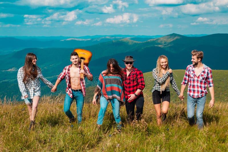 Camping de grupo Amigos em uma viagem de acampamento caminhando perto do lago, retrovisor turista montanhês imagens de stock