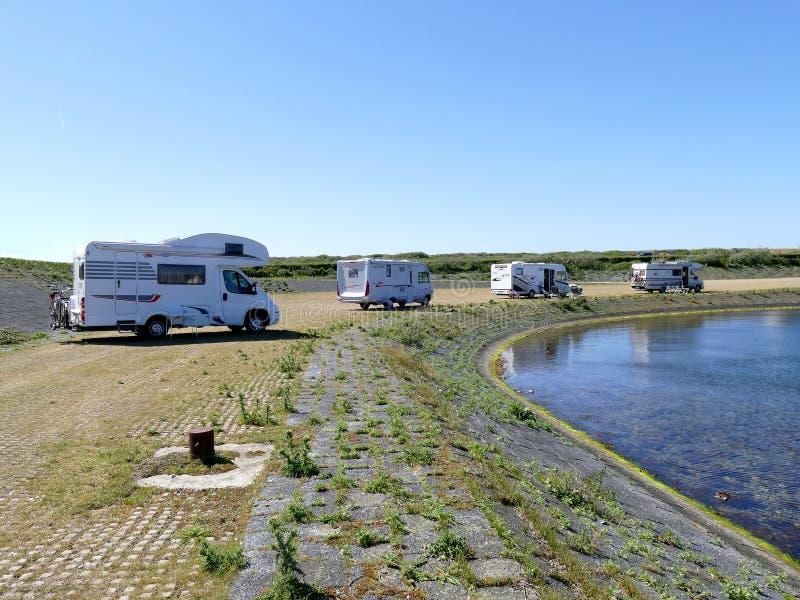 Camping de liberté avec des camping-cars de campeur images libres de droits