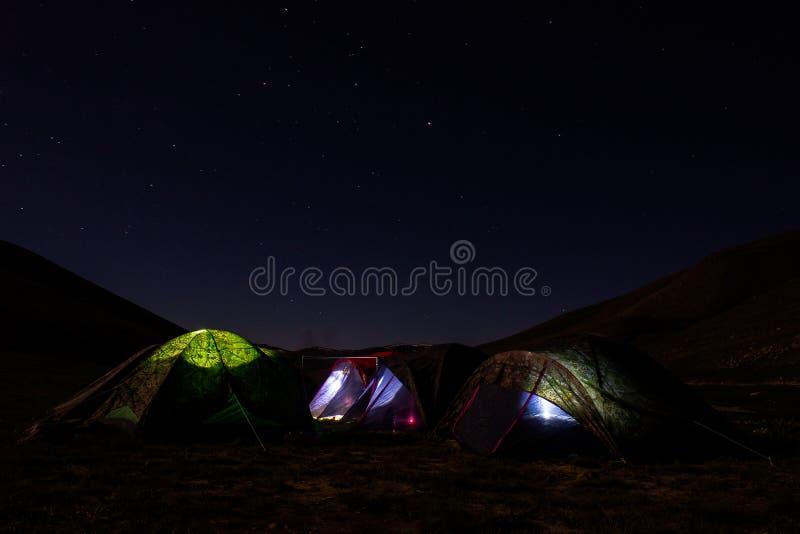 Camping de los llanos de Deosai en Skardu Paquistán imagen de archivo