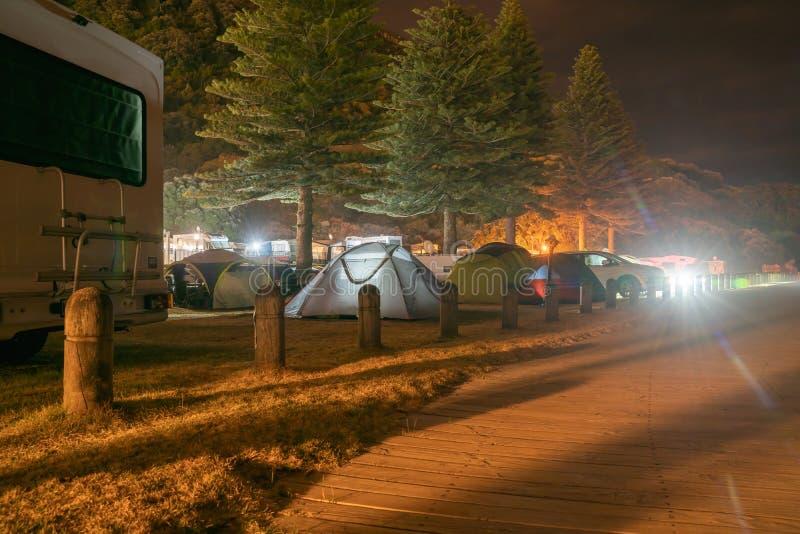 Camping debajo de árboles fotos de archivo