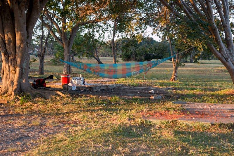 Camping del abandono con una hamaca y una basura imagen de archivo libre de regalías