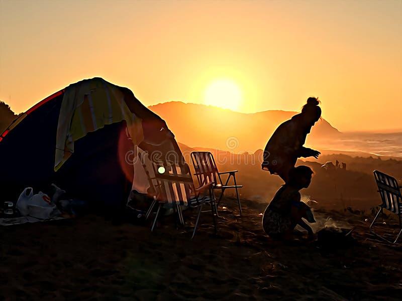 Camping en mer. Tente à la montagne images libres de droits
