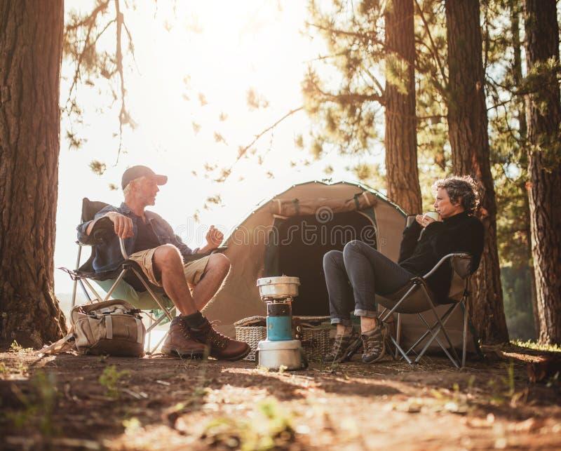 Camping mûr de couples par un lac photo libre de droits