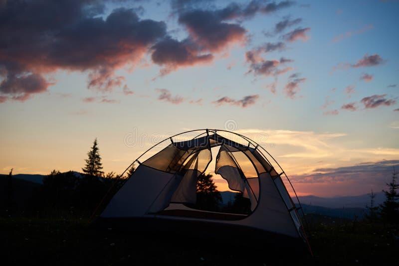 Camping magique de paysage au coucher du soleil sur le fond des sapins et des montagnes puissantes photos libres de droits