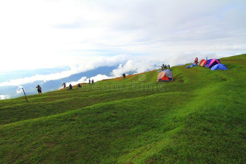 Camping non identifié de voyageur sur la montagne images libres de droits