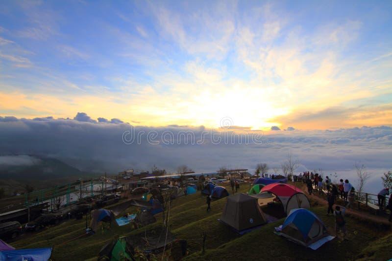 Camping non identifié de voyageur sur la montagne photo stock