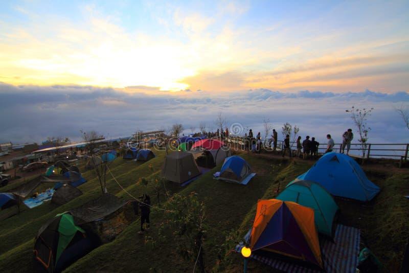Camping non identifié de voyageur sur la montagne images stock
