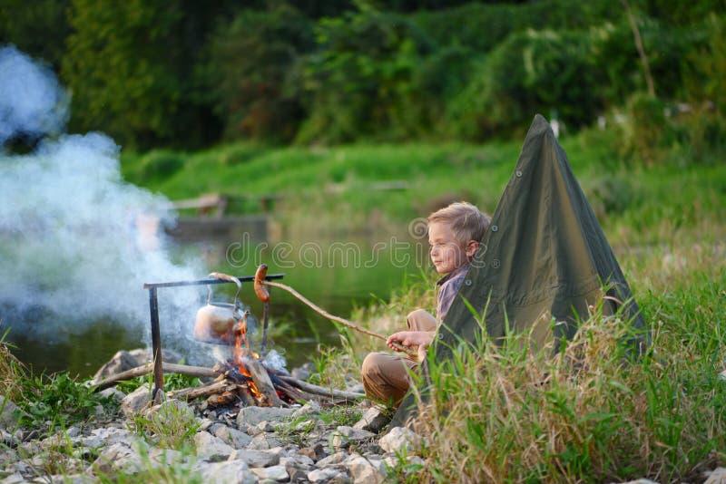 Camping par la rivière au coucher du soleil images libres de droits