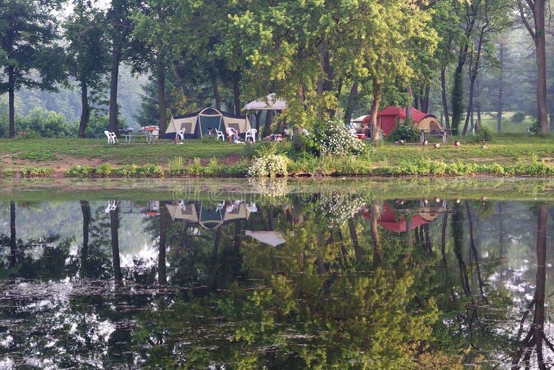 Camping por el lago foto de archivo