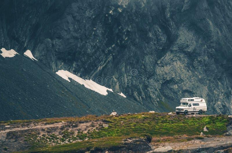 Camping sauvage dans le campeur photographie stock libre de droits