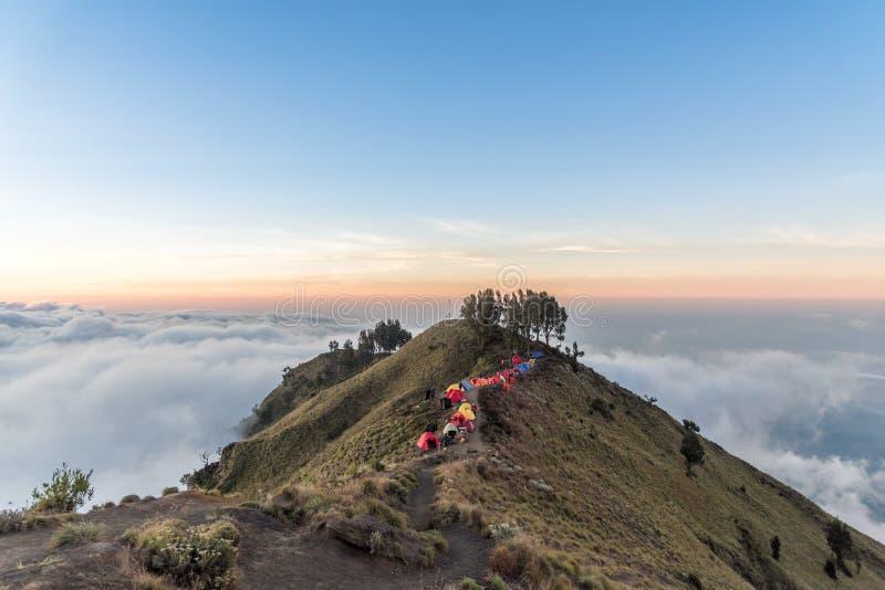 Camping sur la jante de cratère du bâti Rinjani au coucher du soleil Île de Lombok, Indonésie photos stock