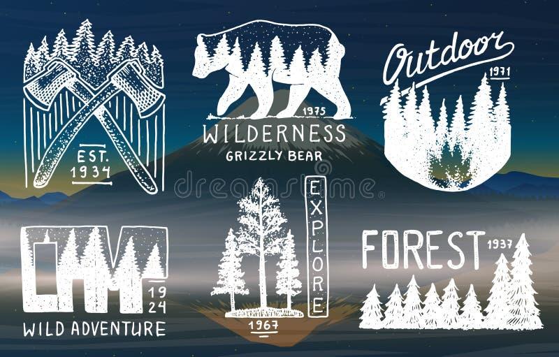 Campingowe odznaki, góra iglasty las i drewniany logo, miłość pardwy piosenka dziki drewna natury krajobrazy z sosnami i wzgórzam ilustracja wektor