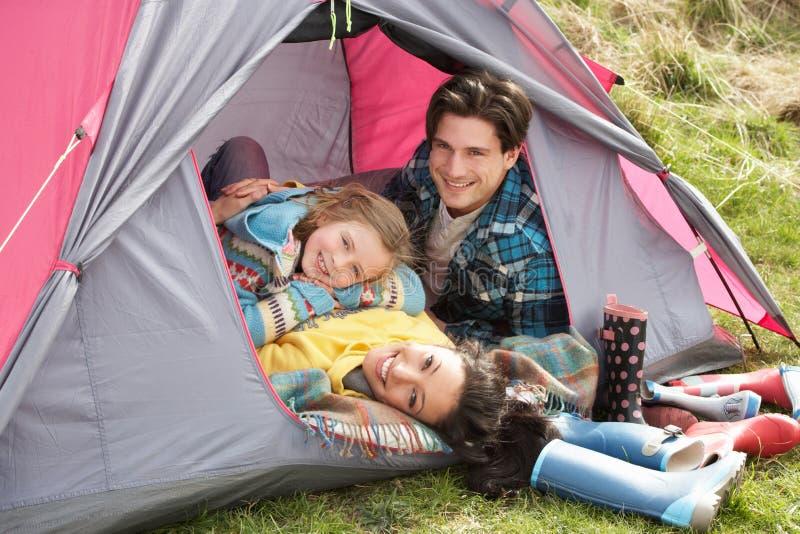 campingowego rodzinnego wakacje rodzinny relaksujący namiot obrazy royalty free