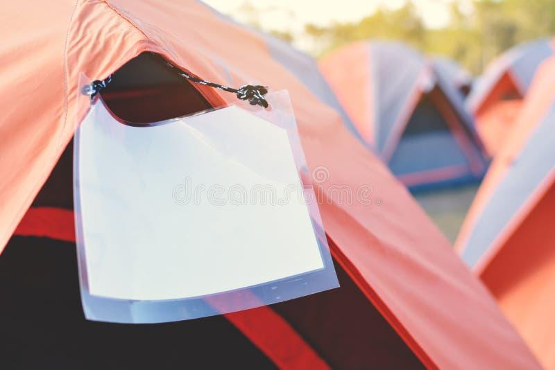 Campingowi i kolorowi namioty na górze halnej podróży w wakacje zdjęcie royalty free
