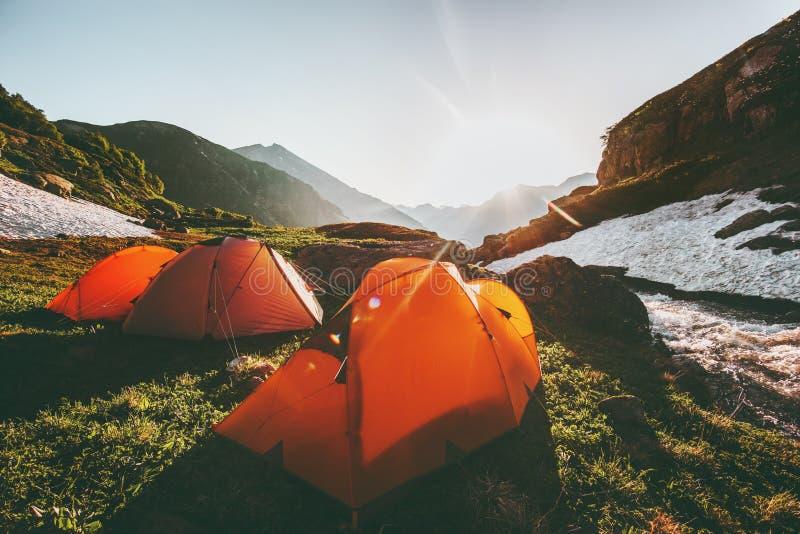 Campingowi namioty w góra ranku słońca krajobrazie zdjęcie stock