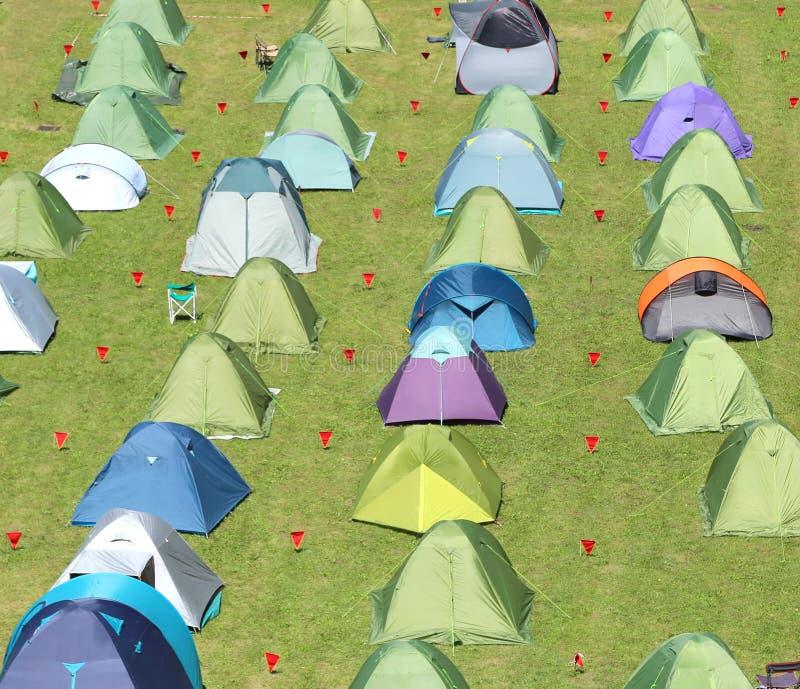 Campingowi namioty wspinający się w łące zdjęcia royalty free