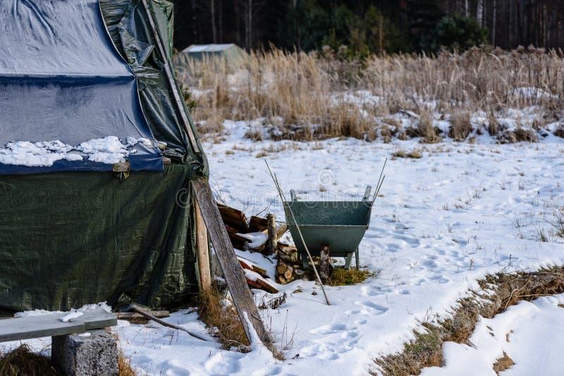 campingowy i odpoczynkowy teren rzeką z zdjęcia stock