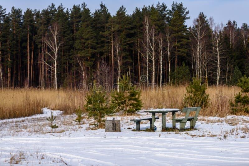 campingowy i odpoczynkowy teren rzeką z fotografia stock