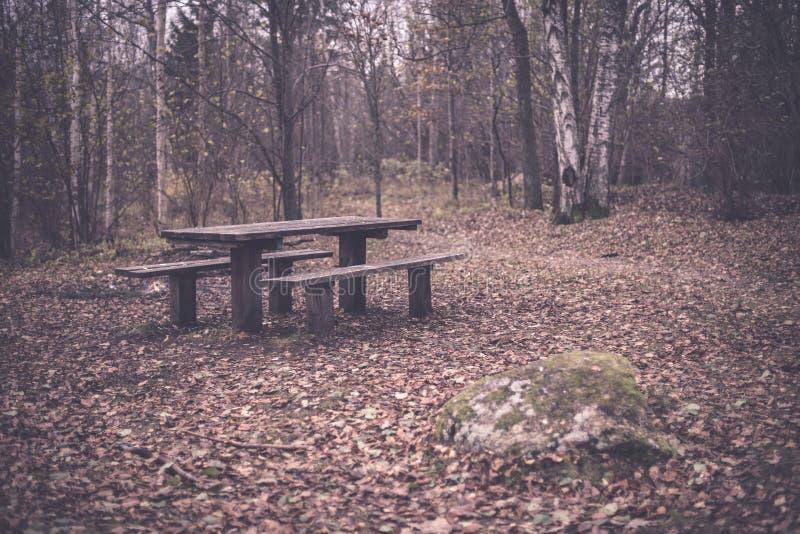 campingowy i odpoczynkowy teren rzeką z - zdjęcia stock