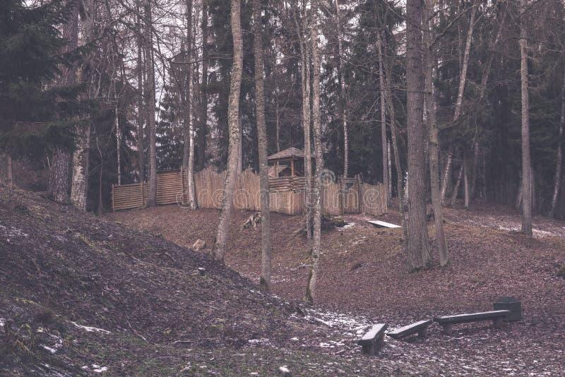 campingowy i odpoczynkowy teren rzeką z - obrazy stock