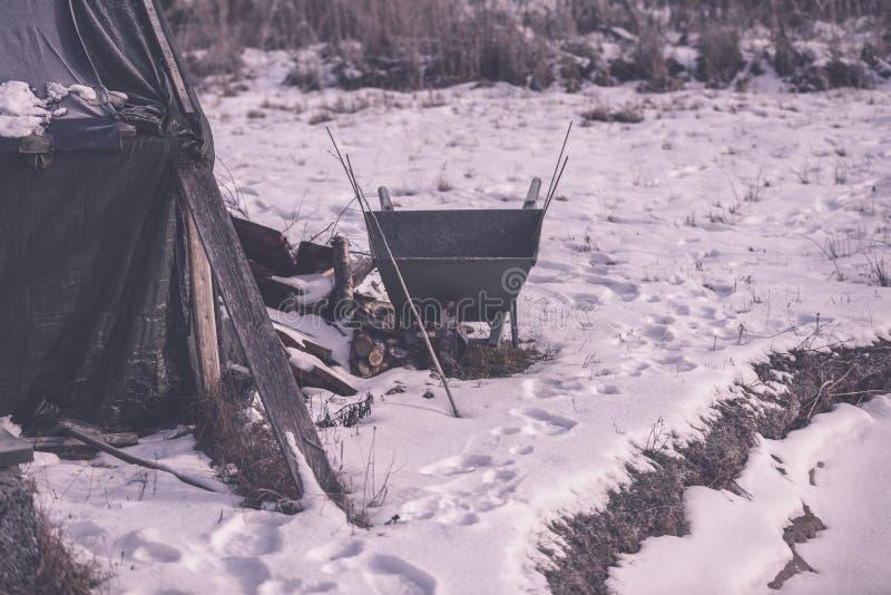 campingowy i odpoczynkowy teren rzeką z - fotografia stock