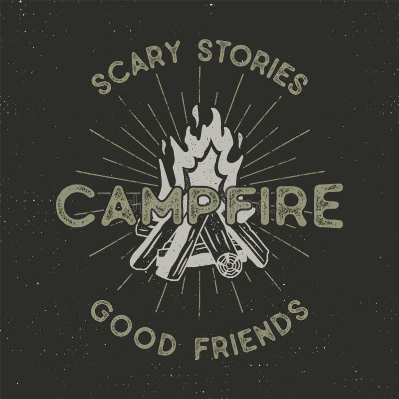 Campingowy koszulka projekt Ręka rysująca rocznik etykietka z tekstami, textured ogniskiem i sunbursts projektem, Letterpress sku ilustracji