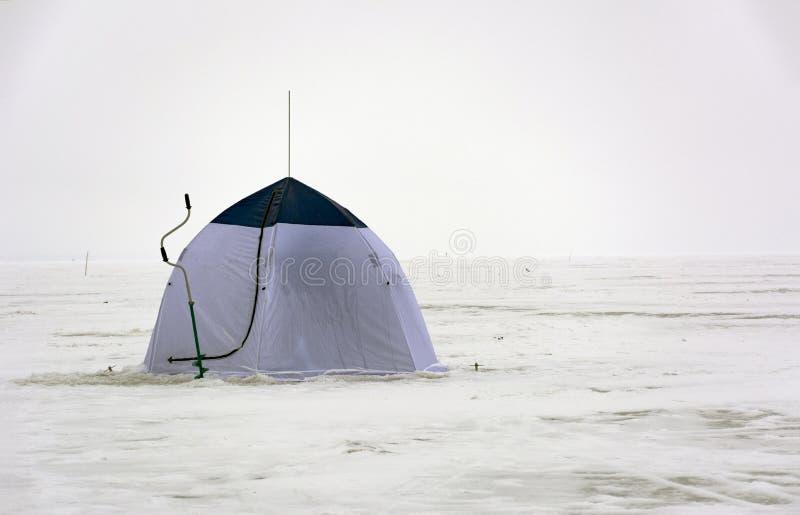 Campingowy namiot, lód śruby gdy lodowy połów, śnieg, zima, morze, Gu fotografia stock