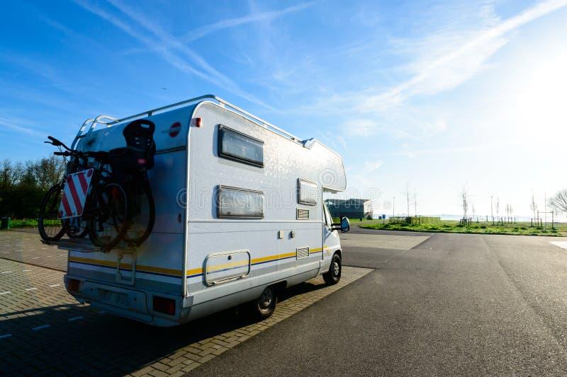 Campingowy samochód Rekreacyjnego pojazdu motorowego domu przyczepa na drodze obraz stock