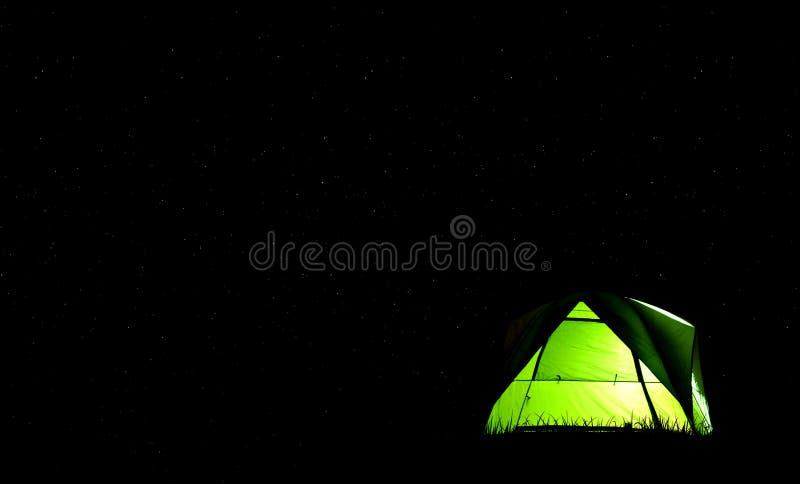 Campingowy zielony namiot w lesie przy nocą i gwiazdy tłem obrazy stock