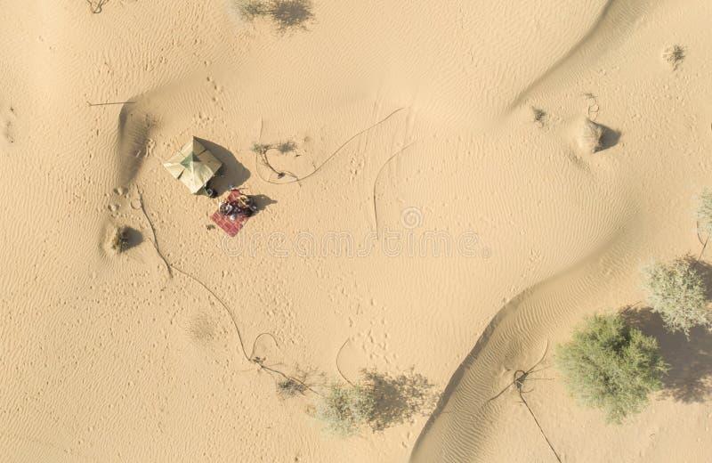 Campingplats i en öken nära Al Qudra Lakes royaltyfria foton