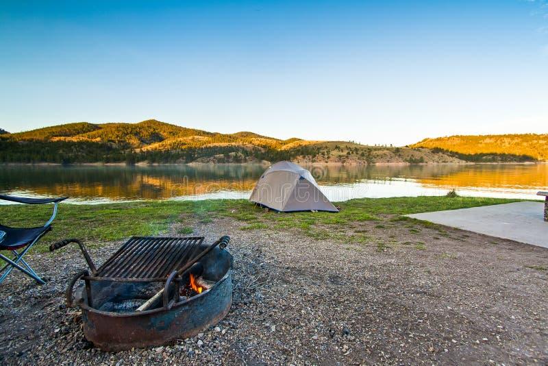Campingplats nära en scenisk berg sjö i Montana, USA royaltyfri fotografi