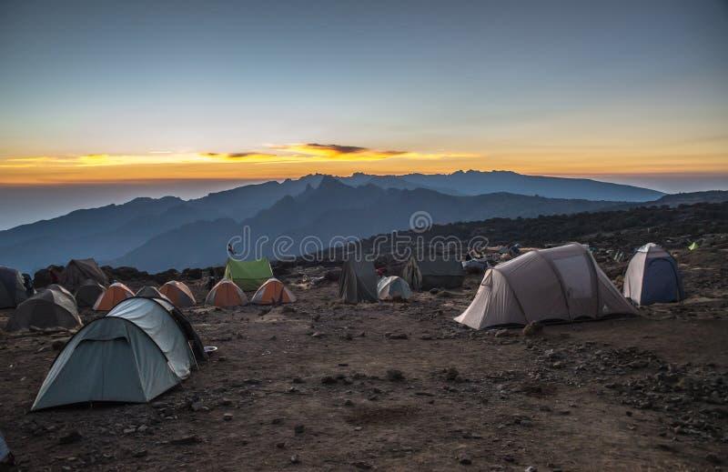 Campingplatssikt i den Kilimanjaro Machame rutten arkivfoton