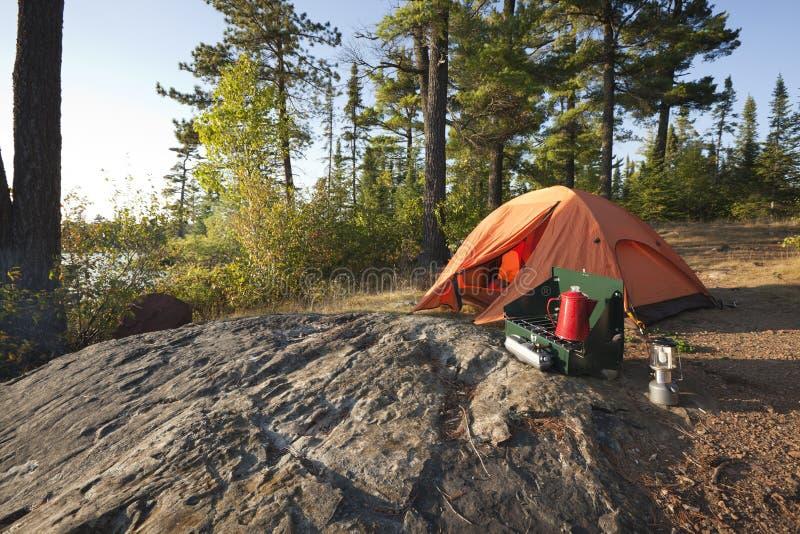 Campingplatz im Nordholz von Minnesota lizenzfreies stockfoto
