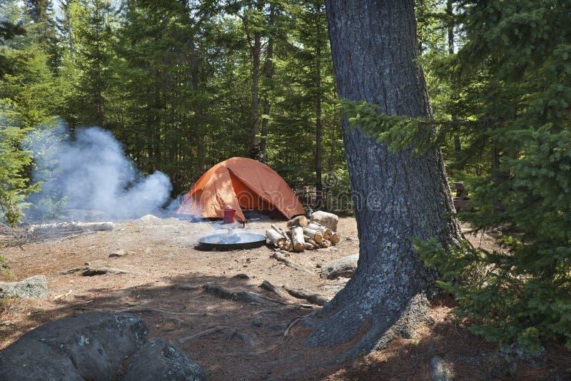Campingplatz mit orange Zelt und Feuer in der Nord-Minnesota-Wildnis stockfotos