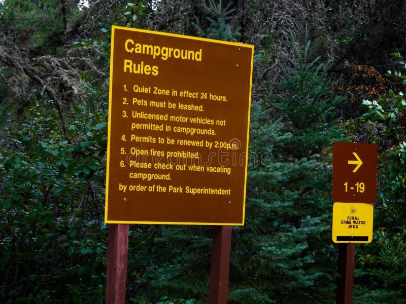 Campingplatz-Regeln unterzeichnen herein einen provinziellen Park stockfotografie