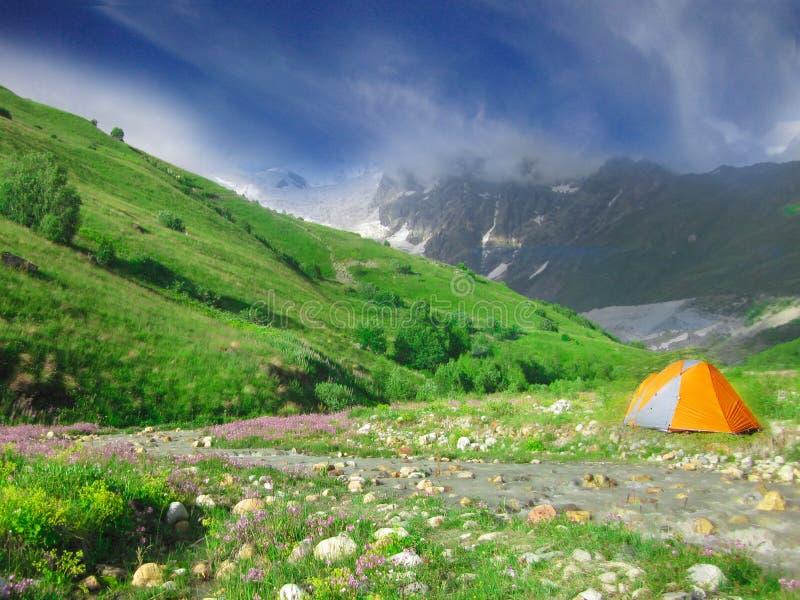 Campingzelt im wilden Kampieren stockfoto