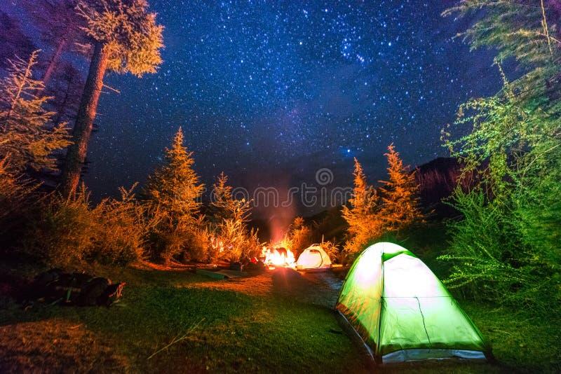 Campingzelt unter Millionensternen im Himalaja lizenzfreie stockfotos