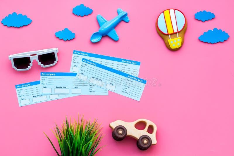 Campione del biglietto di aeroplano Viaggio della famiglia con il bambino Giocattoli di Airplan, dell'automobile e dell'aerostato immagine stock libera da diritti
