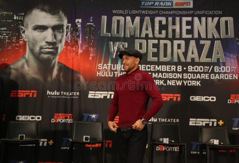 Campione del mondo leggero Vasiliy Lomachenko durante la conferenza stampa finale prima della lotta di unificazione di titolo con fotografia stock